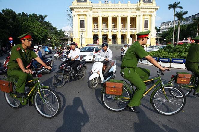 Hình ảnh thân thiện của Công an Hà Nội khi tuần tra bằng xe đạp ảnh 5