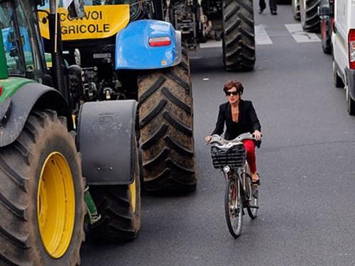 """Nông dân biểu tình bằng xe kéo """"đại náo"""" Paris ảnh 1"""