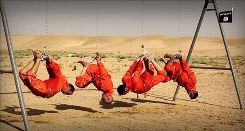 IS lại gây sốc bằng cách treo ngược tù nhân và thiêu sống trên xích sắt ảnh 1