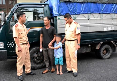 Phạt ông bố cho con trai 6 tuổi lái xe tải chạy trên đường ảnh 2