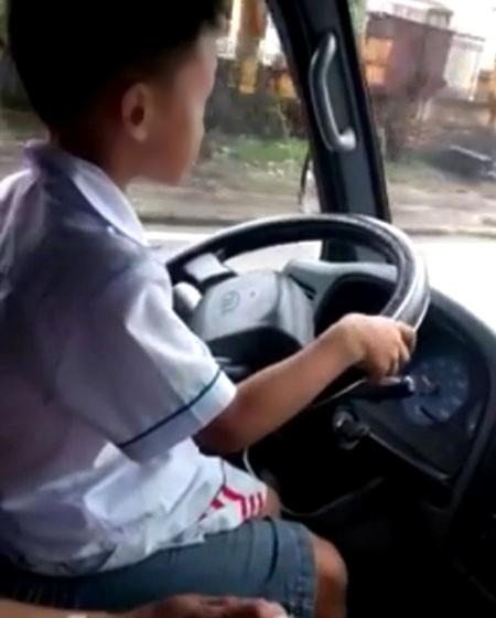 Phạt ông bố cho con trai 6 tuổi lái xe tải chạy trên đường ảnh 1