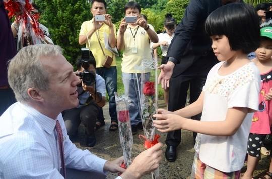 Đại sứ Ted Osius mời trẻ em làng SOS vào xe đặc biệt ảnh 2