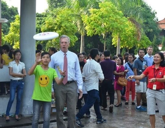 Đại sứ Ted Osius mời trẻ em làng SOS vào xe đặc biệt ảnh 9