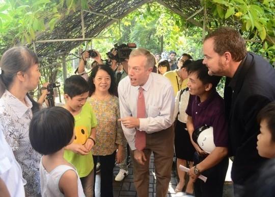 Đại sứ Ted Osius mời trẻ em làng SOS vào xe đặc biệt ảnh 7