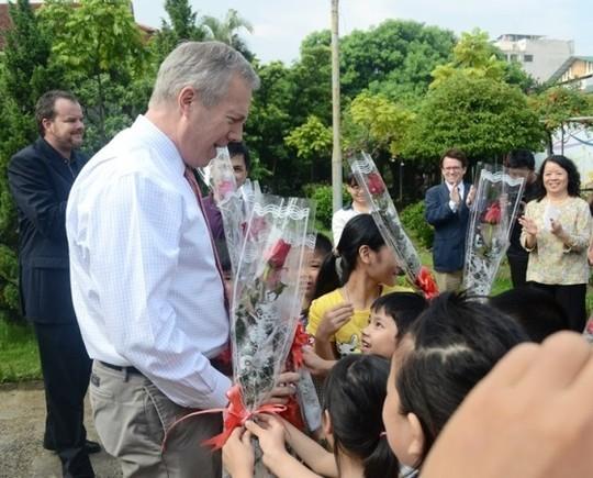 Đại sứ Ted Osius mời trẻ em làng SOS vào xe đặc biệt ảnh 1