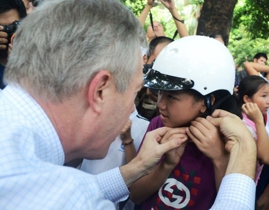 Đại sứ Ted Osius mời trẻ em làng SOS vào xe đặc biệt ảnh 5