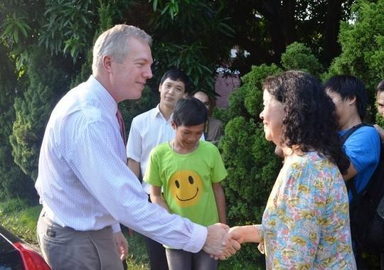 Đại sứ Ted Osius mời trẻ em làng SOS vào xe đặc biệt ảnh 14
