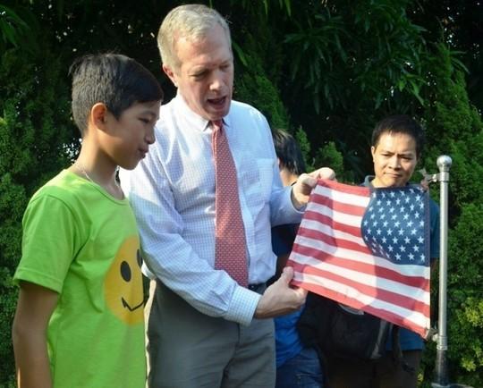 Đại sứ Ted Osius mời trẻ em làng SOS vào xe đặc biệt ảnh 13