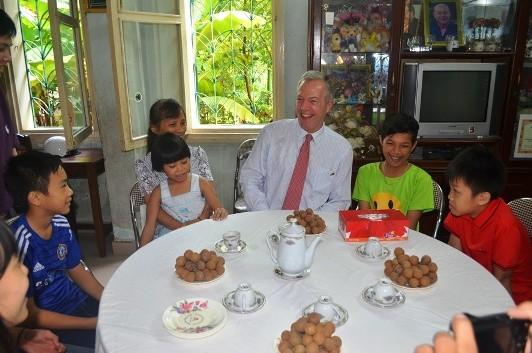 Đại sứ Ted Osius mời trẻ em làng SOS vào xe đặc biệt ảnh 8