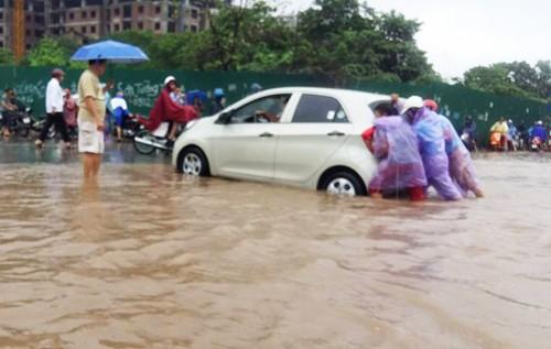 Nhiều khu vực Hà Nội ngập nặng sau mưa lớn ảnh 3