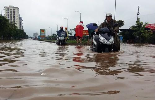 Nhiều khu vực Hà Nội ngập nặng sau mưa lớn ảnh 2