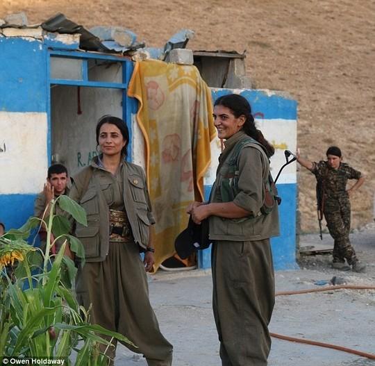 3 người đẹp chuyên dùng AK gây kinh hoàng cho khủng bố IS ảnh 2