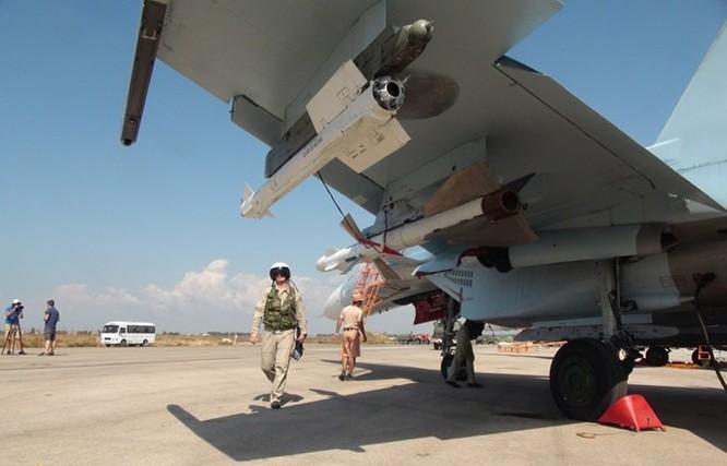 Cận cảnh bom từ máy bay Nga rơi xuống vị trí quân IS ảnh 2