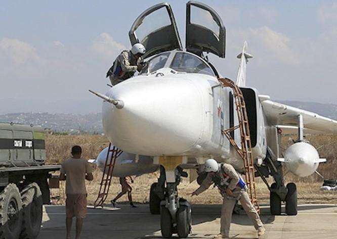 Cận cảnh bom từ máy bay Nga rơi xuống vị trí quân IS ảnh 1