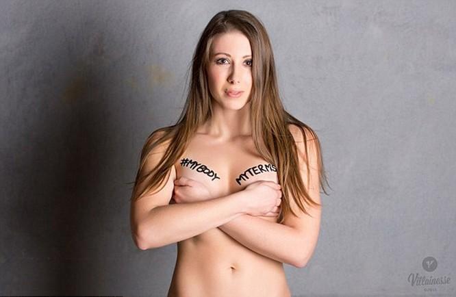 Chụp ảnh khỏa thân phản đối bạo lực tình dục ảnh 1