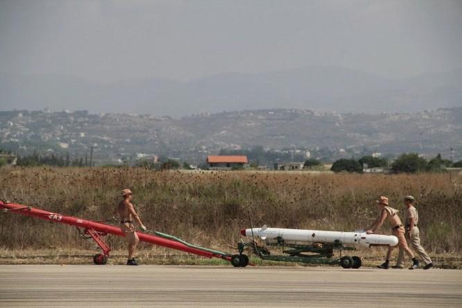 Bay trên trực thăng Mi-24 tuần tra căn cứ không quân Nga ở Syria ảnh 3