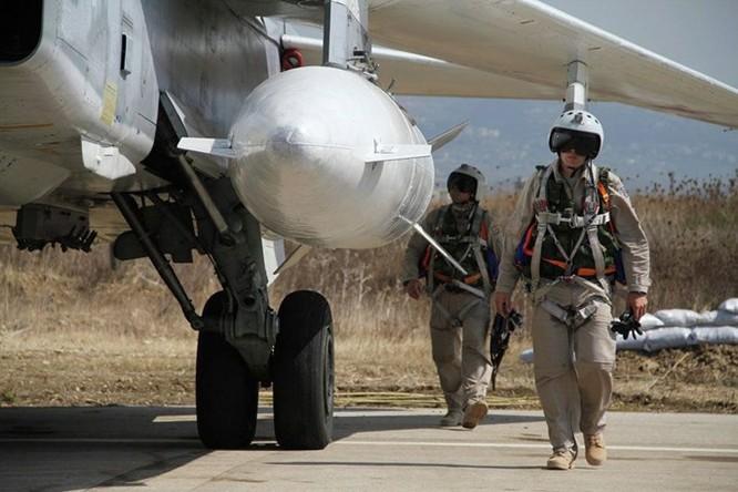 Bay trên trực thăng Mi-24 tuần tra căn cứ không quân Nga ở Syria ảnh 2