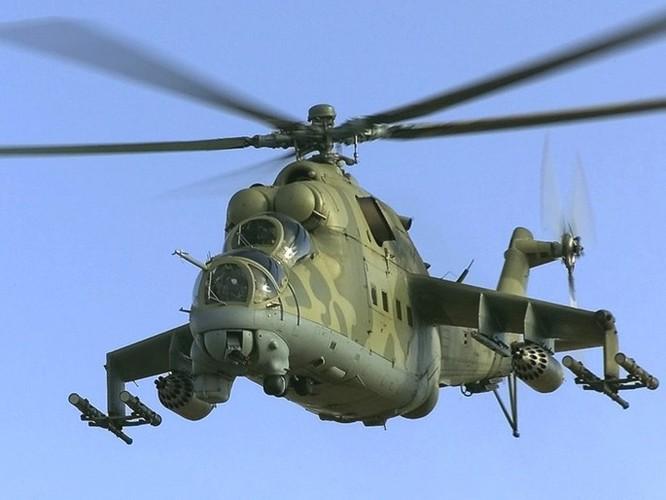 Bay trên trực thăng Mi-24 tuần tra căn cứ không quân Nga ở Syria ảnh 5