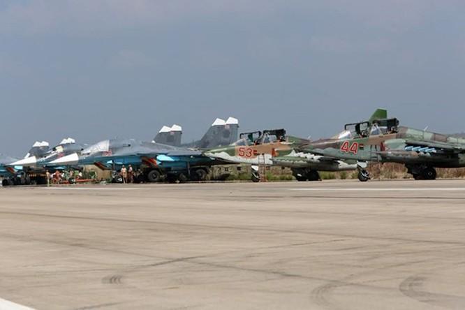 Bay trên trực thăng Mi-24 tuần tra căn cứ không quân Nga ở Syria ảnh 1