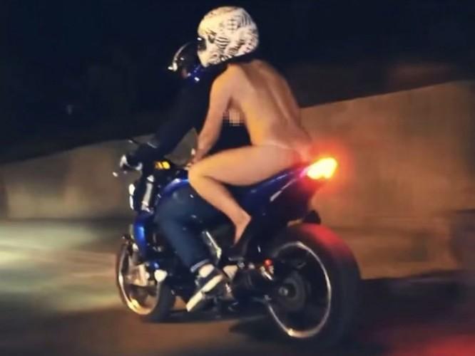 Nga: Khoả thân chạy mô tô là không phạm luật? ảnh 2