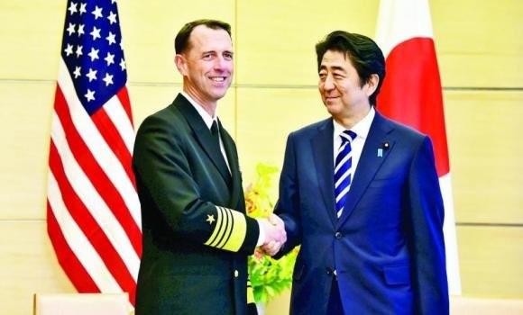 Đô đốc John Richardson (trái) và Thủ tướng Nhật Bản Shinzo Abe - Ảnh: abcnews.com