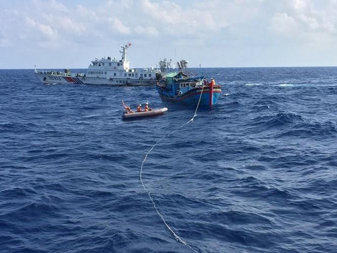Clip 3 giờ căng thẳng đấu tranh với tàu hải cảnh Trung Quốc để cứu ngư dân Việt Nam ảnh 2
