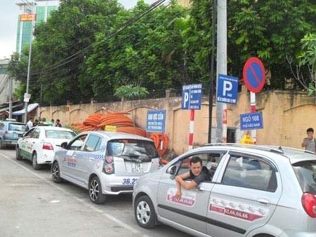 """Taxi giá rẻ nở rộ, tài xế taxi truyền thống """"than trời"""" ảnh 1"""