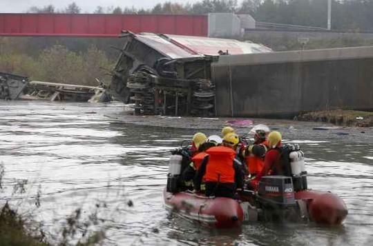 Vừa bị khủng bố, Pháp chịu thêm tai nạn tàu cao tốc trật bánh, 5 người thiệt mạng ảnh 5