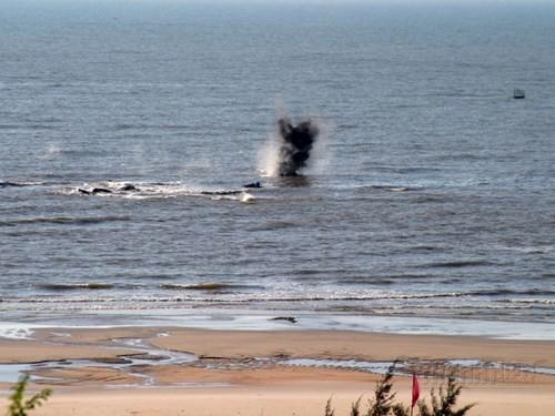 Diễn tập quân sự: Chống các tàu trang bị vũ khí hạng nặng đổ bộ từ biển ảnh 6