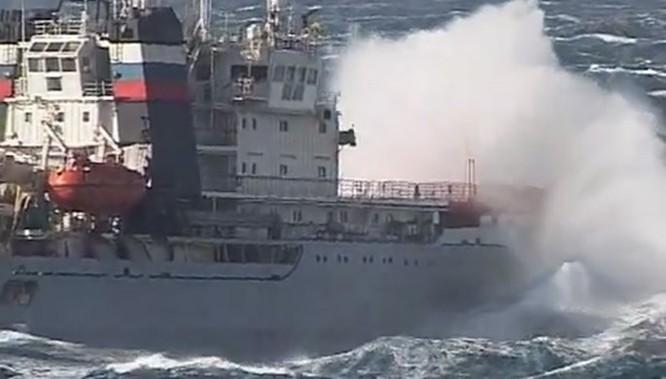 Xem tàu kéo vượt sóng dữ lai dắt tàu sân bay Nga ảnh 2