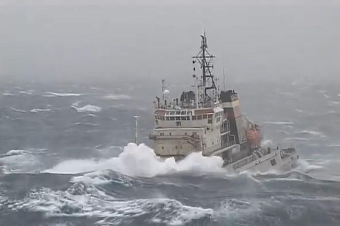 Xem tàu kéo vượt sóng dữ lai dắt tàu sân bay Nga ảnh 1