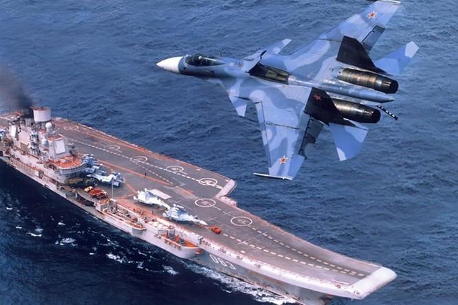 Xem tàu kéo vượt sóng dữ lai dắt tàu sân bay Nga ảnh 4