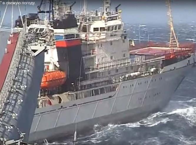 Xem tàu kéo vượt sóng dữ lai dắt tàu sân bay Nga ảnh 3