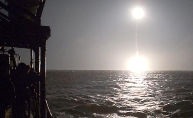 Chùm ảnh tàu ngầm hạt nhân Nga phóng tên lửa Bulava ảnh 8