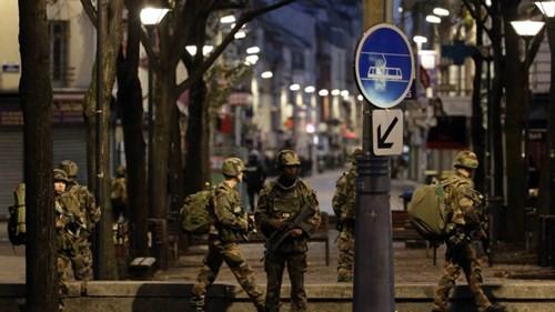 Đấu súng dữ dội ở ngoại ô Paris, tiêu diệt 3 nghi phạm khủng bố ảnh 1