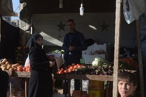 Người dân Aleppo mua thực phẩm tại một khu chợ.
