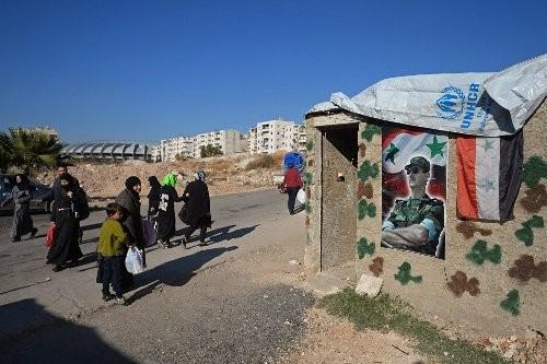 Người dân đi bộ trên một tuyến phố thuộc Aleppo.