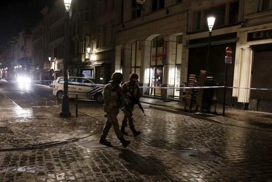 Cảnh sát Bỉ bố ráp suốt đêm, bắt 16 người ảnh 1