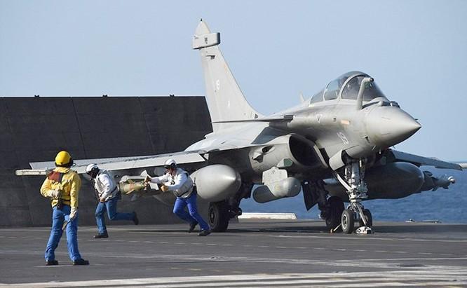 Trên tàu sân bay Pháp tham gia tấn công quân IS ở Trung Đông ảnh 7