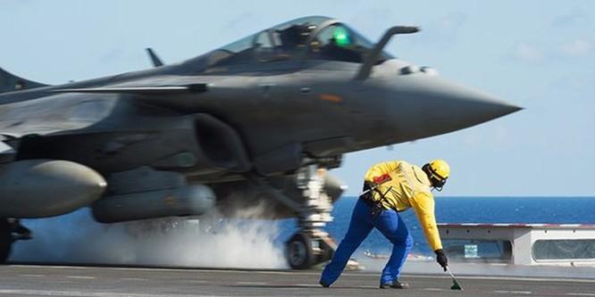 Trên tàu sân bay Pháp tham gia tấn công quân IS ở Trung Đông ảnh 8