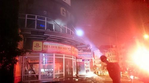 Lửa cháy rực trời, dân đang ngủ chạy thoát thân khỏi cao ốc ảnh 4