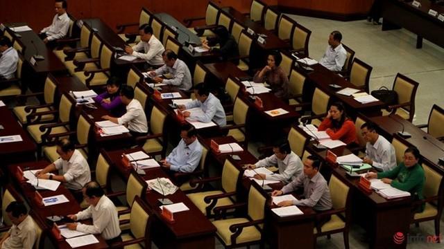 """1/3 """"ghế trống"""" khi đại biểu HĐND TP.HCM biểu quyết các tờ trình ảnh 2"""
