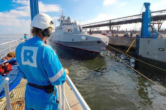 Xem tàu Rolldock Star chở 2 tàu tên lửa từ Mỹ về Ai Cập ảnh 2