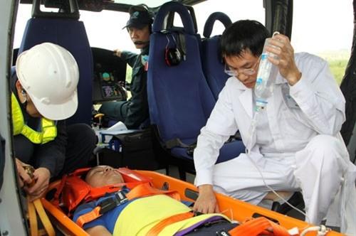 Đại tá Vũ Thành Cung tham gia bay huấn luyện cấp cứu y tế.