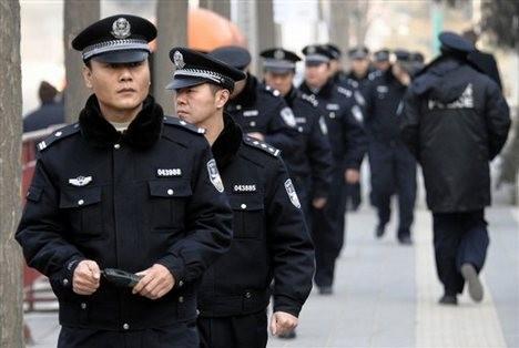 Cảnh sát nước ngoài được trang bị vũ khí thế nào? ảnh 4