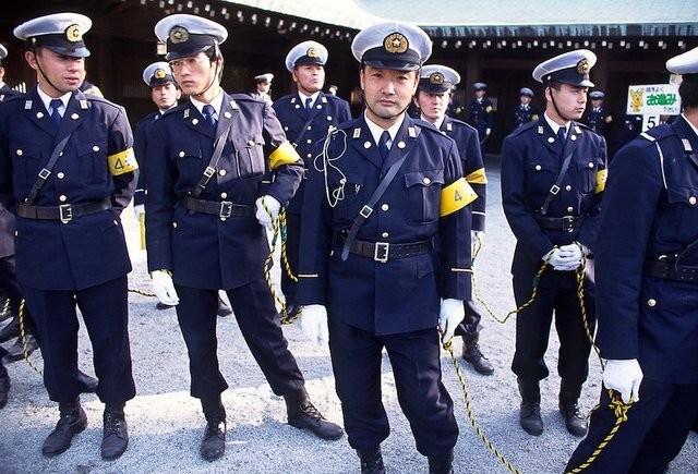 Cảnh sát nước ngoài được trang bị vũ khí thế nào? ảnh 1