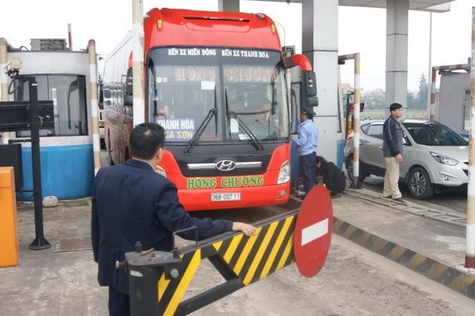 Dân đưa xe chặn Trạm thu phí Quán Hàu phản đối tăng phí ảnh 1