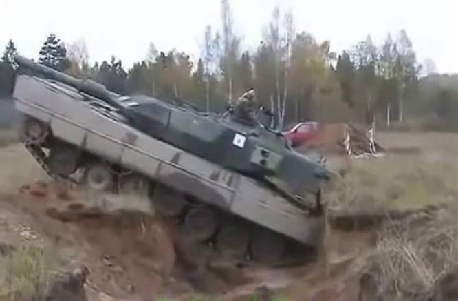 Clip choáng ngợp xe tăng Đức dùng tốc độ vượt hào chống chiến xa ảnh 1