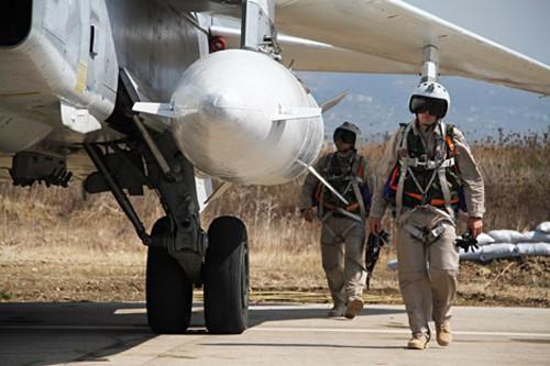 Phi công Nga trước giờ không kích. Ảnh: RIA Novosti