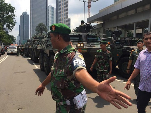 Đánh bom, đấu súng dữ dội ở Jakarta, ít nhất 5 người thiệt mạng ảnh 1